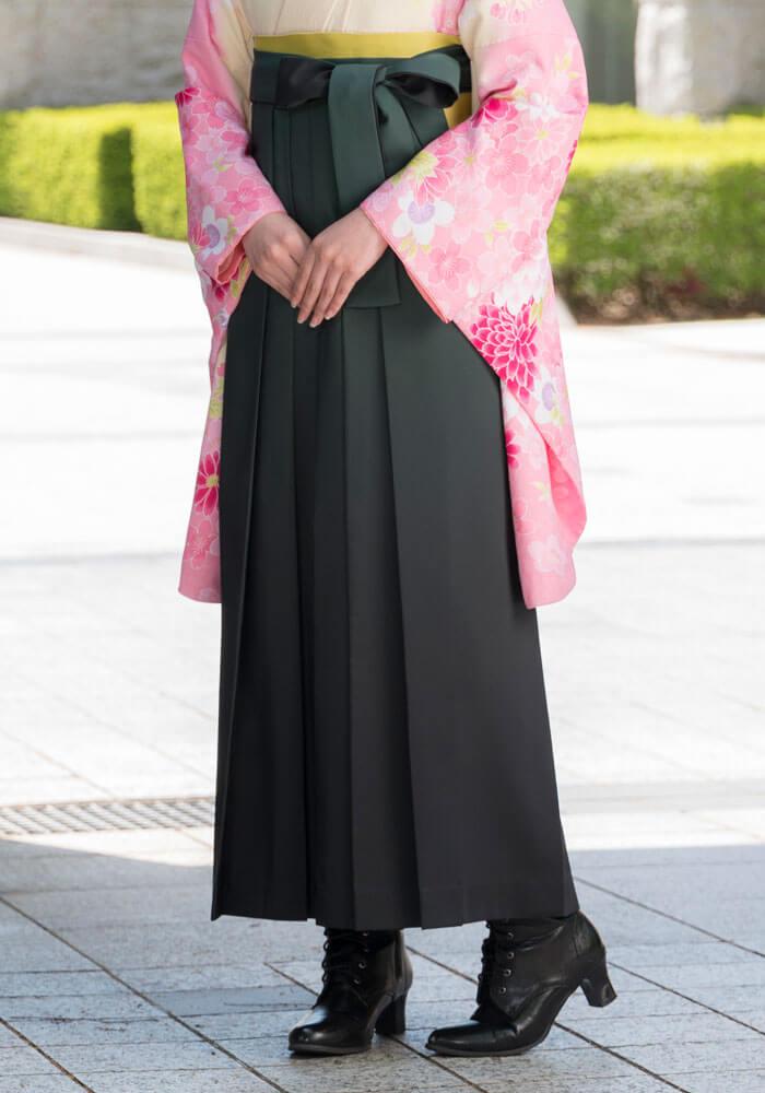 深みのある緑の袴で正統派な袴姿に