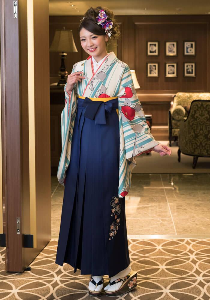 【着物】白地水色縞に椿+【袴】コンボカシ花かごシシュウ