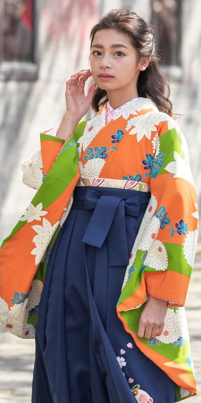 着物:オレンジ黄緑に大菊