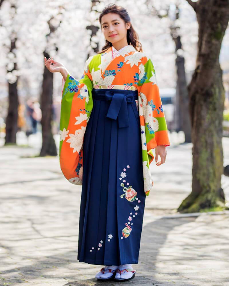 レンタル着物:オレンジ黄緑に大菊とレンタル袴:コン鈴桜のコーディネート
