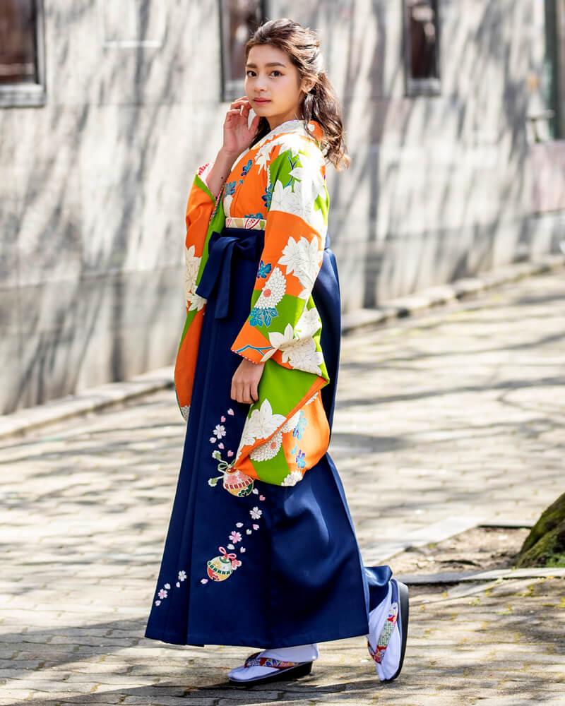 今年流行しているレトロ柄の袴。ポップな雰囲気も感じられる卒業式に人気のデザインです。