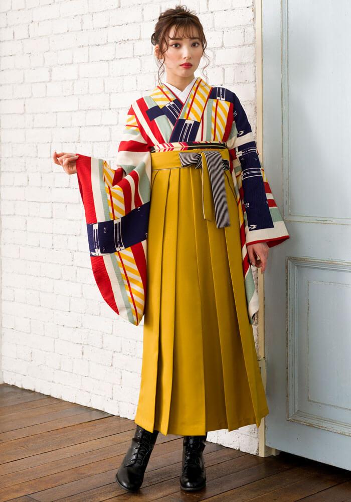 【着物】白地赤黄縞+【袴】キンチャひも縞の全身写真