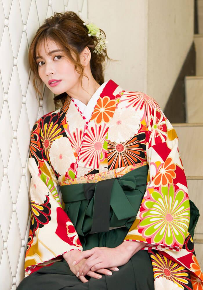 白地の着物に菊が書かれた伝統的な卒業式袴