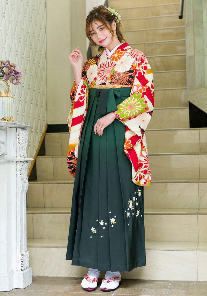 【着物】白赤に大菊+【袴】フカミドリボカシシシュウのコーディネート