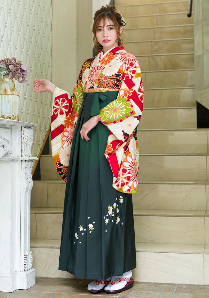 【着物】白赤に大菊+【袴】フカミドリボカシシシュウの袴コーディネート