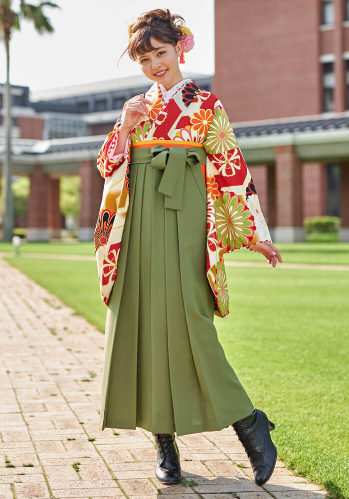 【着物】白赤に大菊 +【袴】モスグリーンのコーディネート