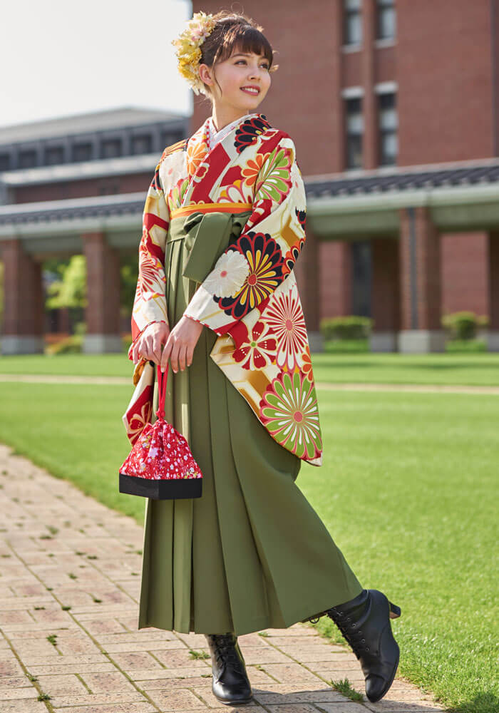 オレンジの着物にモスグリーン色の袴の組み合わせは毎年大人気!