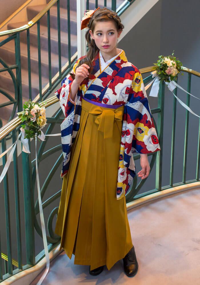着物:白ブルーに白黄色椿と袴:キンチャ