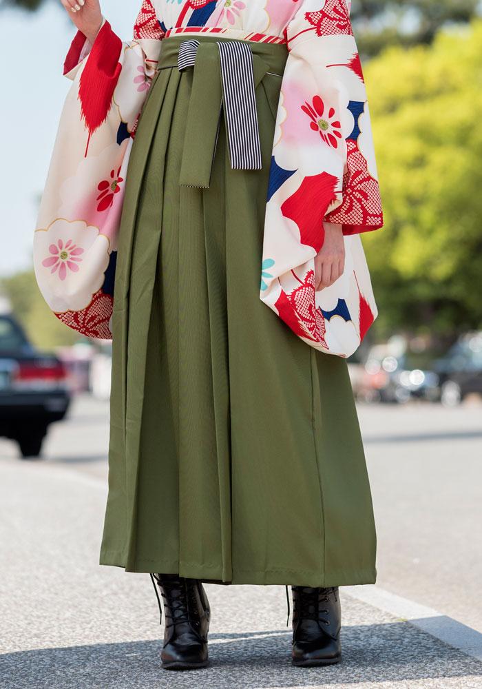 落ち着いた抹茶色の袴を合わせ雅な袴コーディネートに