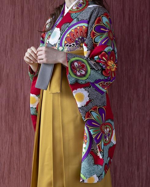金茶の袴を合わせて古典的な雰囲気もプラス