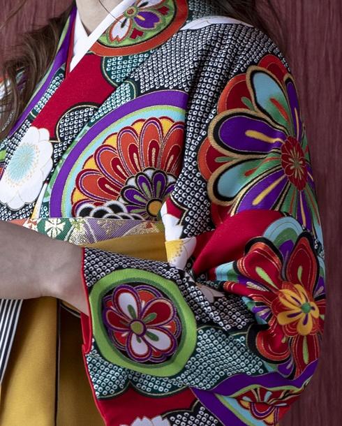 差し色の赤が華やかな卒業式袴
