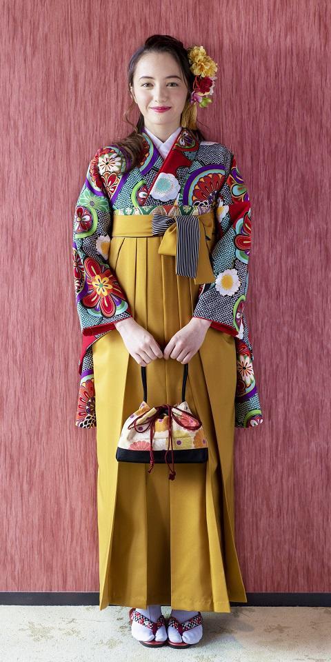 着物:赤に雲絞りに花鏡と袴:キンチャひも縞