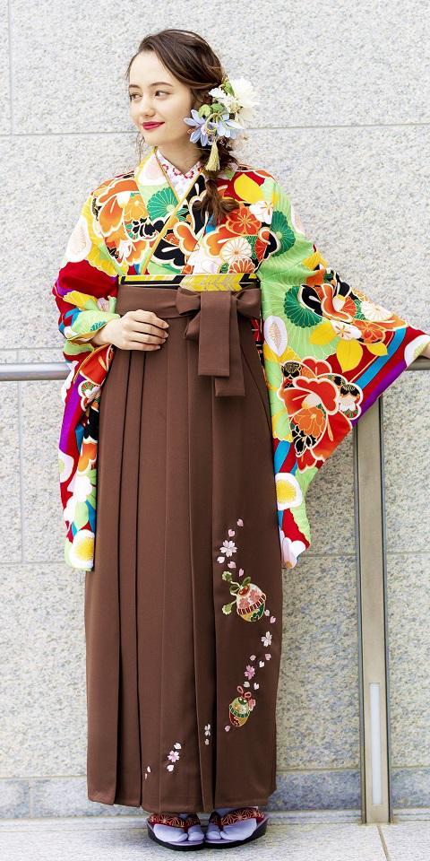 着物:赤に菊椿と袴:チャイロ鈴桜