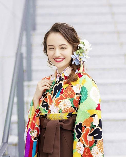 人気の茶色の袴を合わせた卒業式の袴コーデ