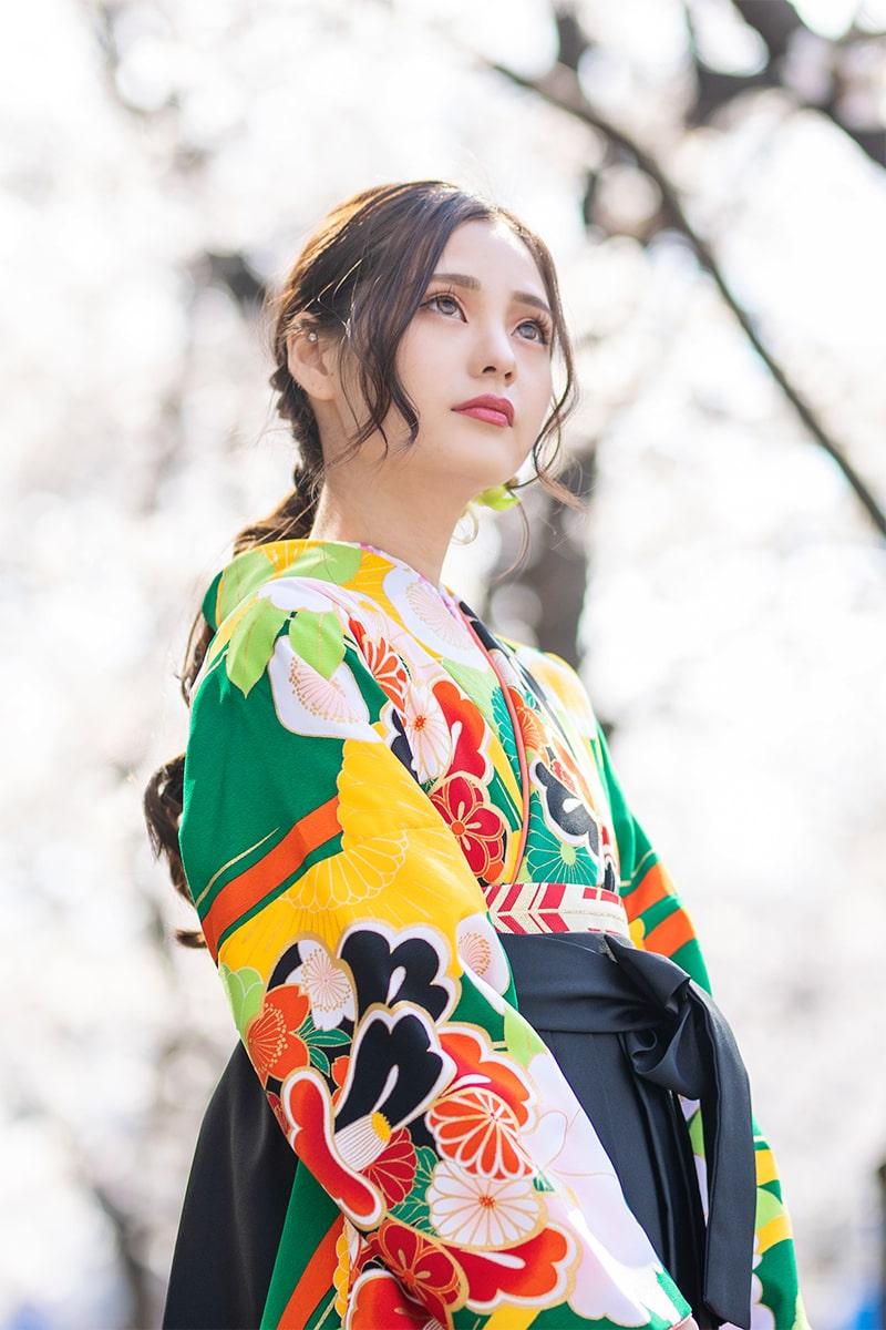 着物:緑に菊椿/袴:クロ手まりシシュウ。卒業式袴を借りるなら京都さがの館ネットレンタルへ