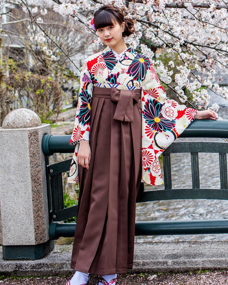 レトロモダンな着物に茶色の袴を合わせた流行スタイル。