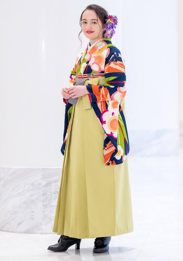 明るいグリーンの袴をオシャレに着こなす女性。