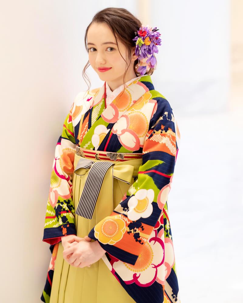 青地の着物にモスグリーンの袴が映えて印象的なコーディネートに。