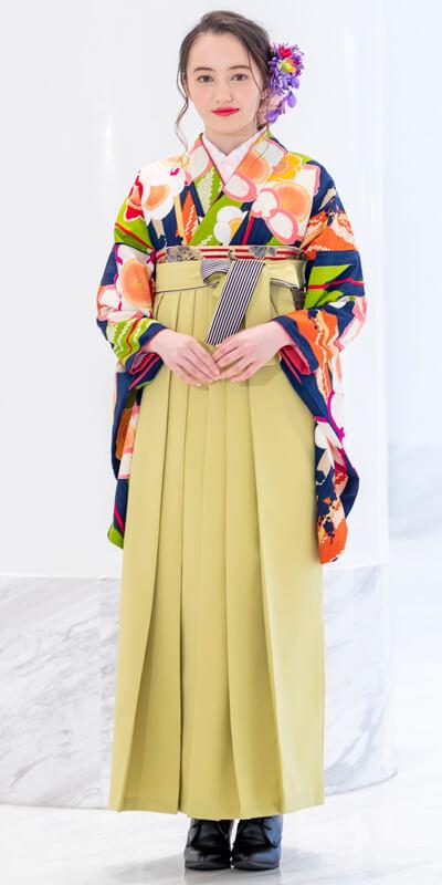着物:紺地矢絣に梅と袴:モスグリーンひも縞