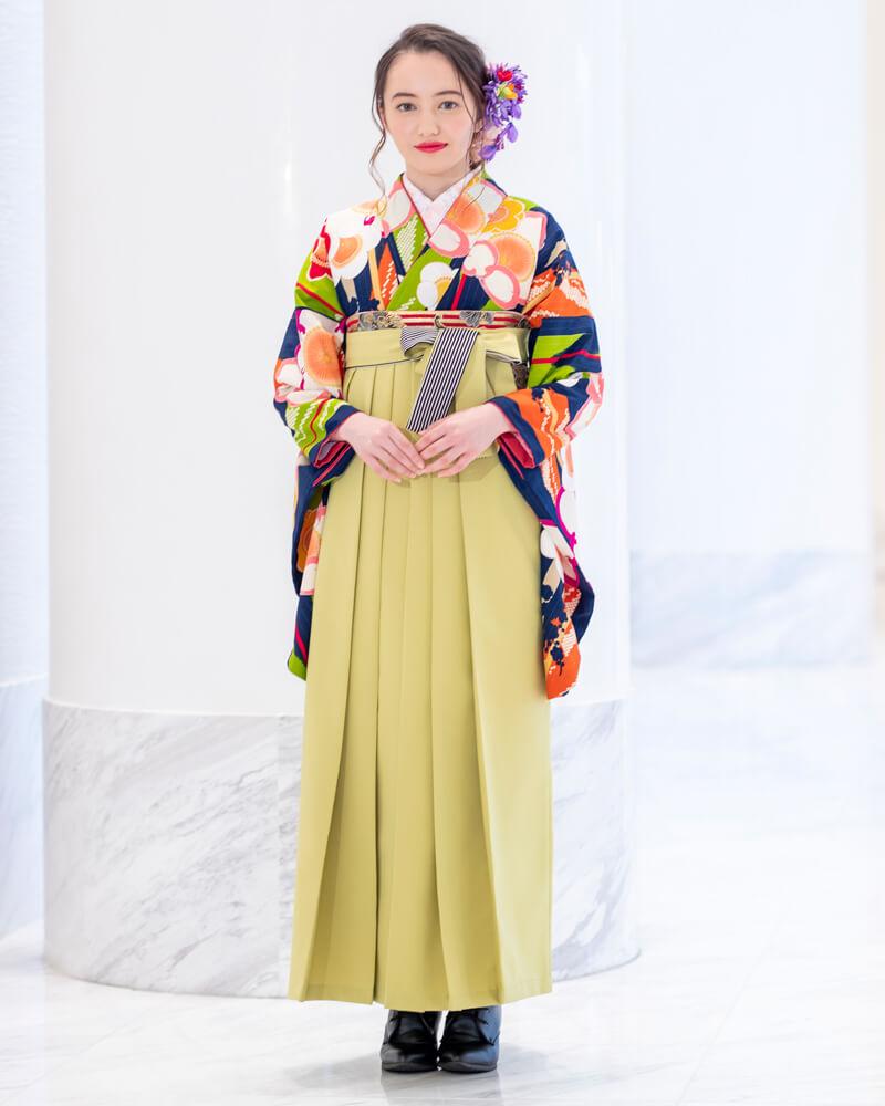 レンタル着物:紺地矢絣に梅+レンタル袴:モスグリーンひも縞のコーディネート。