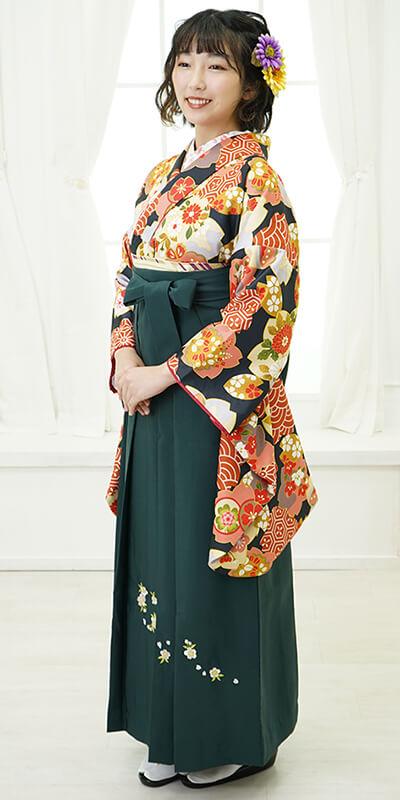 【着物】黒に桜形梅に蝶+【袴】フカミドリシシュウ