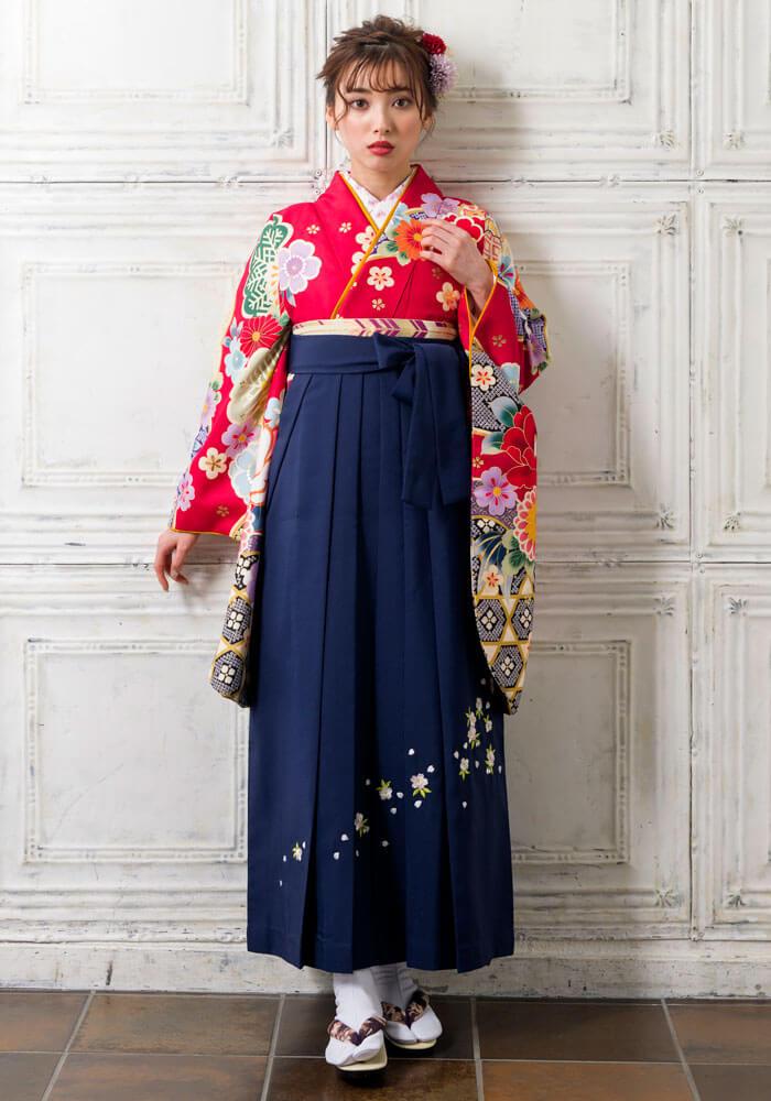 赤い着物に紺の袴を合わせたコーディネート