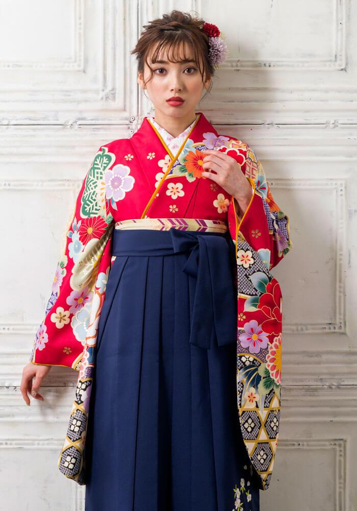 卒業式で華やかな顔映りにしてくれる赤色の袴姿