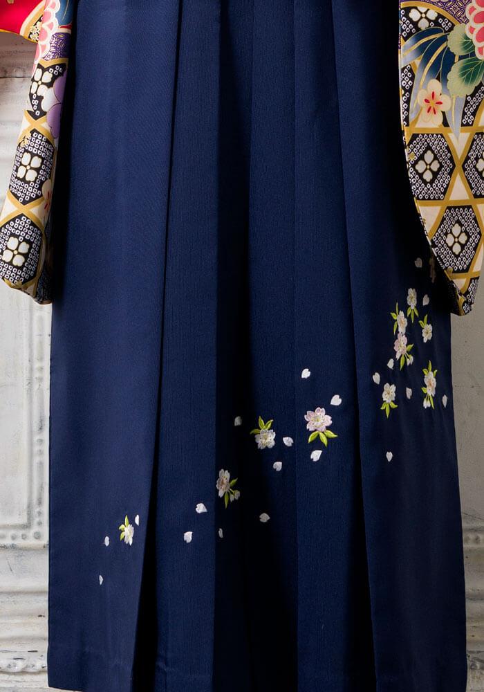 桜の刺繍が施された紺色の袴