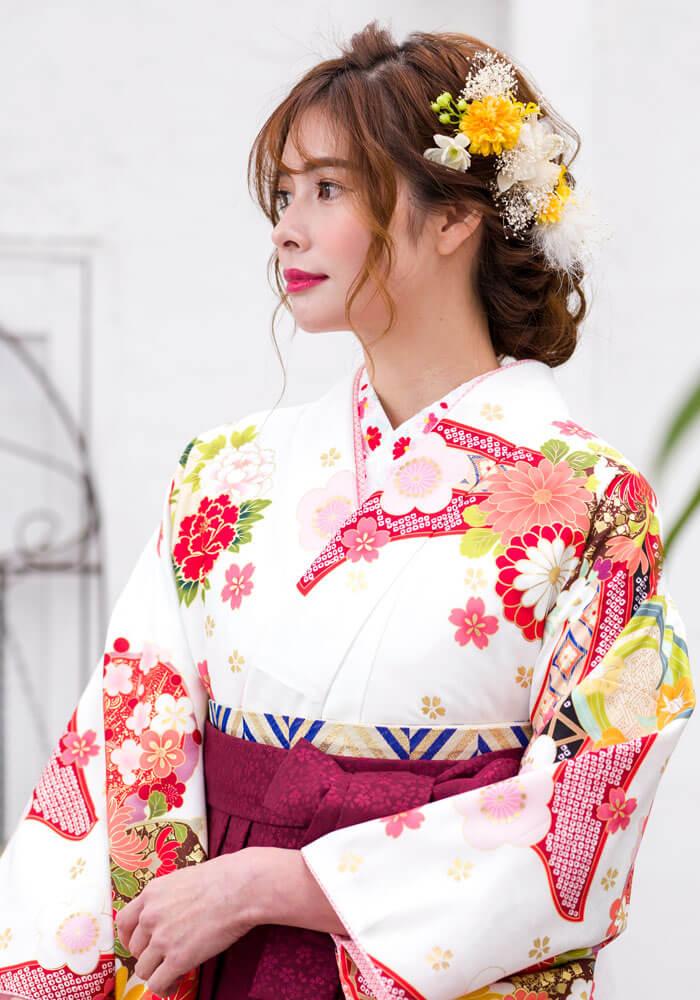 袴似合わせる清楚な白地のネットレンタルの着物