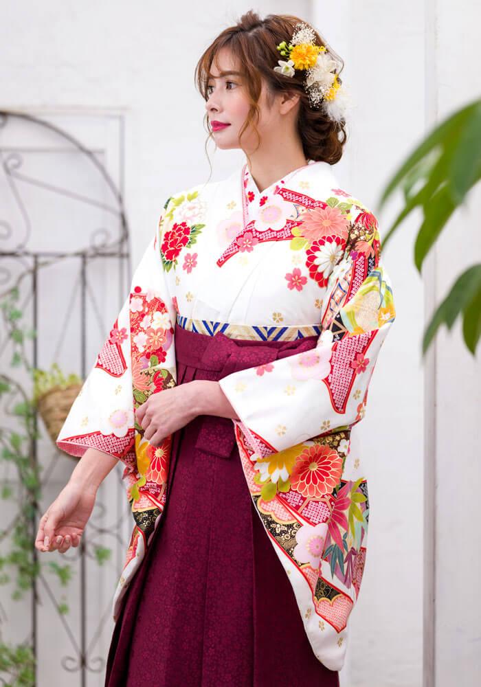【着物】白に短冊金散し花+【袴】赤サクラ小紋のコーディネート