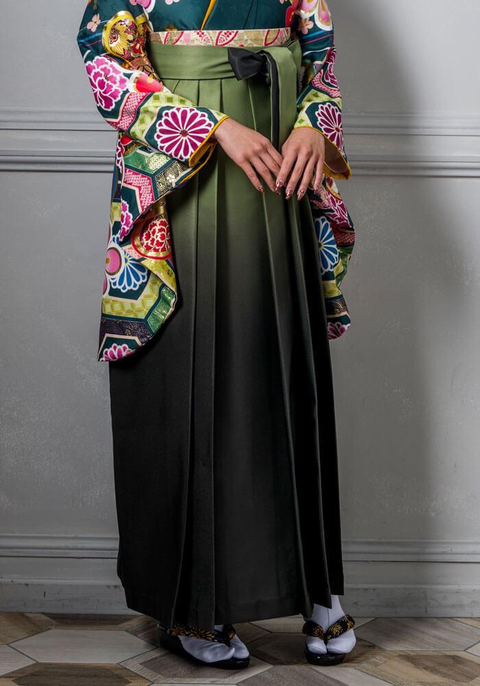 モスグリーンのボカシの袴が印象。