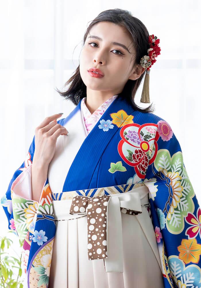 BBB477の白と青の着物に黒のネットレンタル袴を合わせたコーディネート