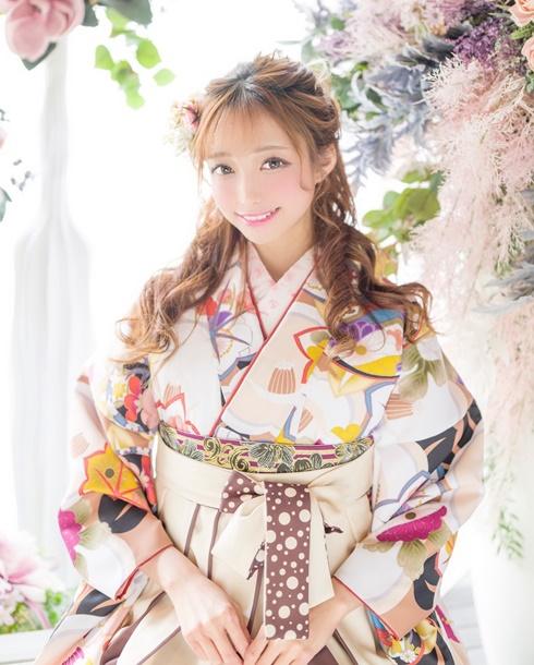 白の水玉模様が可愛い白の袴をコーディネート