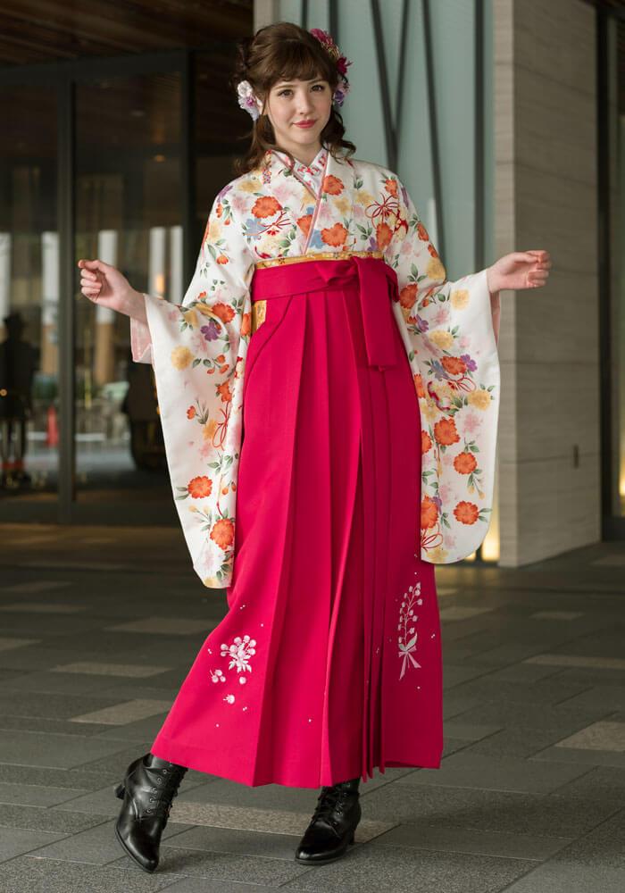 ピンクの袴が華やかな印象のコーディネートです。