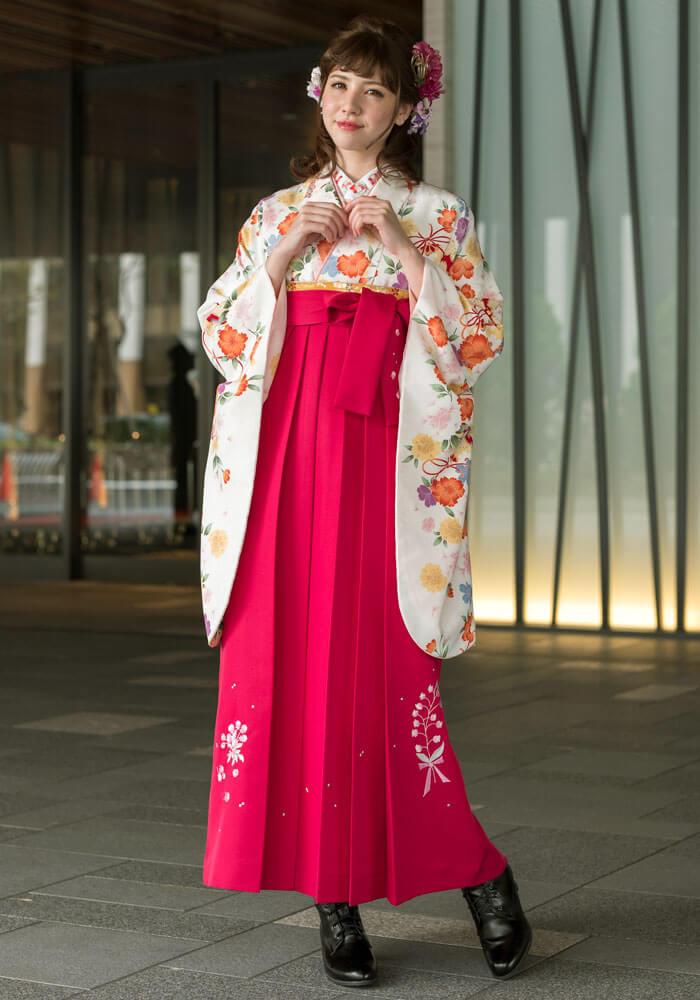 派手めのピンク袴もシンプルで可憐な着物を合わせてオシャレに着こなしましょう。