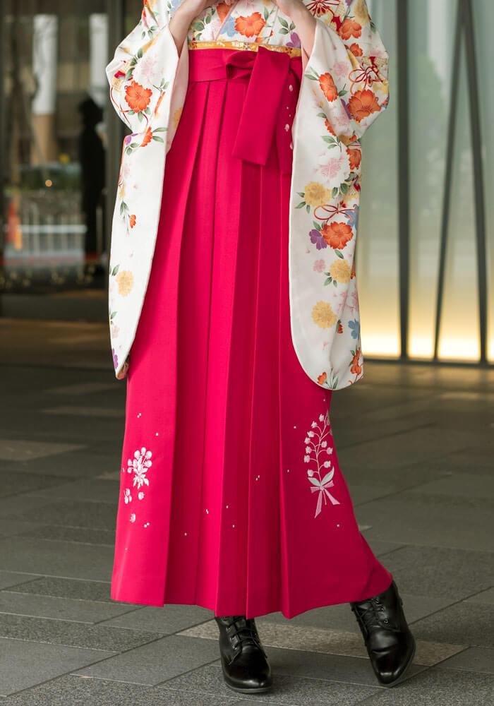 鮮やかなピンクの袴が目を引くネットレンタルの袴