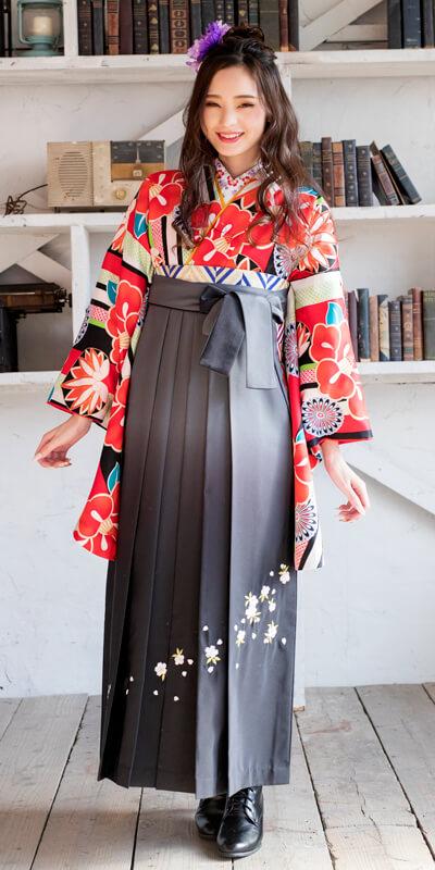 着物:白地縞に椿と菊と袴:グレーボカシシシュウ