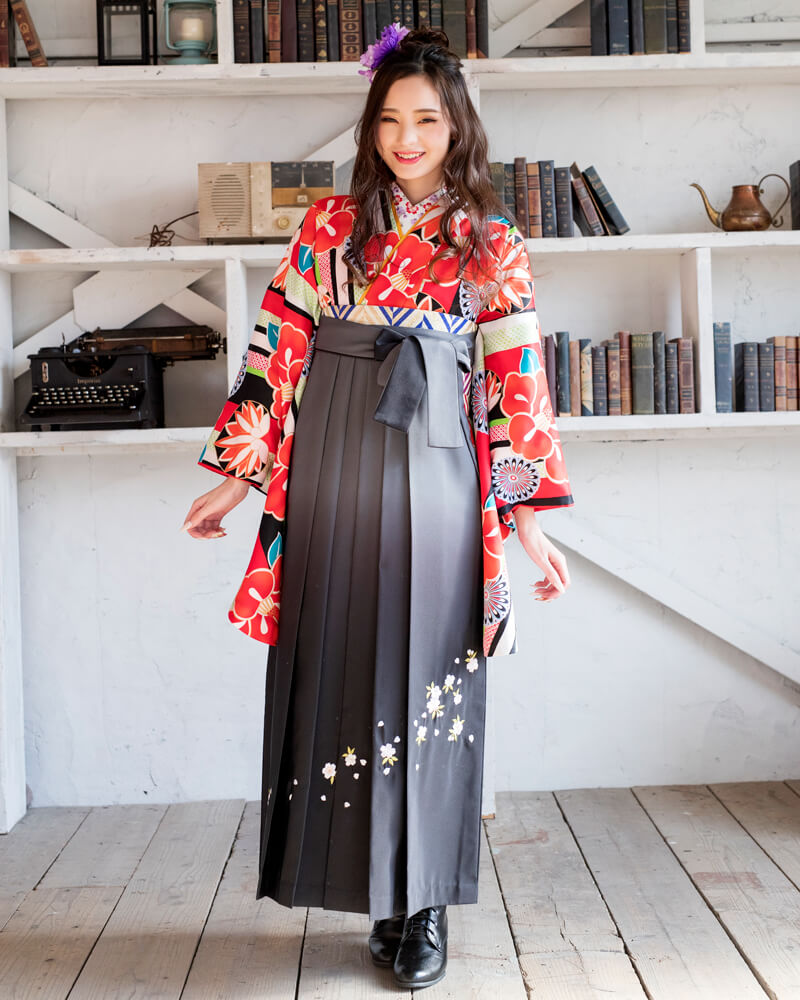 レンタル着物:白地縞に椿と菊+レンタル袴:グレーボカシシシュウのコーディネート