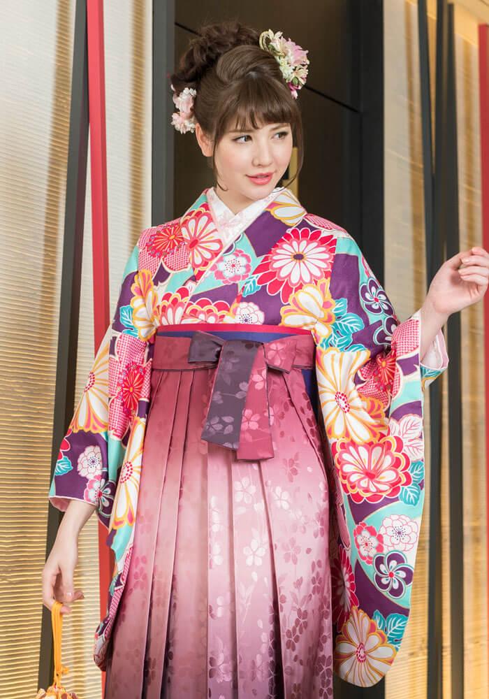 卒業式らしい桜と菊の文様が描かれた着物