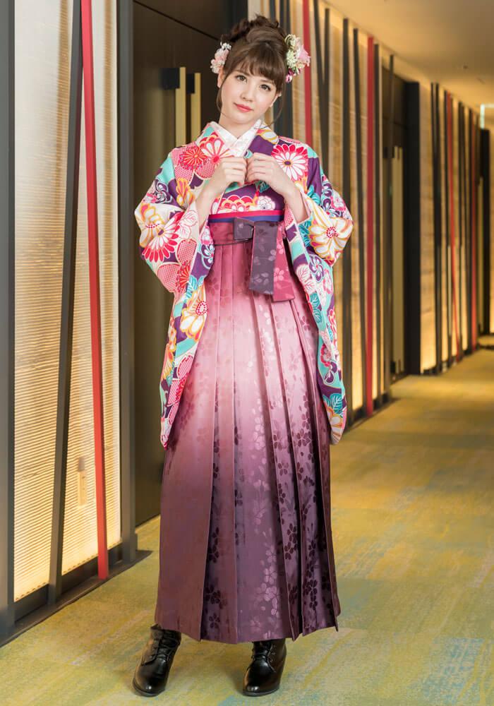 レンタル着物:ムラサキ桜と菊とレンタル袴:ローズボカシ柄のコーディネート