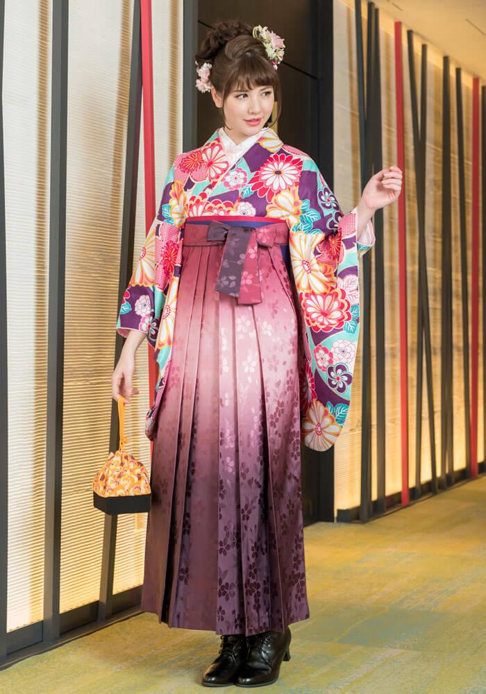 ピンクのグラデーションの卒業袴が可愛い人気のコーディネートです。