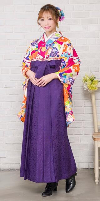 着物:白地市松に椿と扇 / 袴:紫サクラ小紋