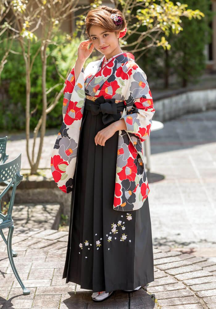 CCC572黒赤椿に黒い袴を合わせたコーデ