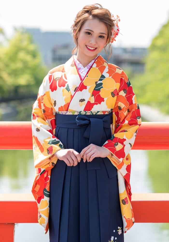 オレンジ色の着物と紺色の袴のコーディネート
