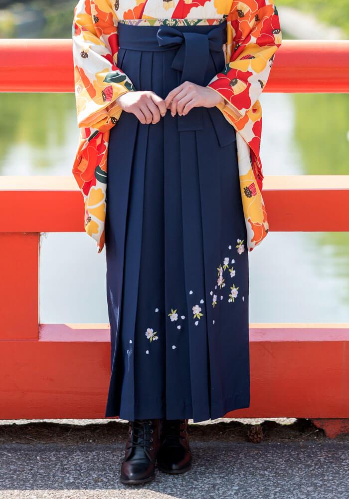紺地の袴に桜の刺繍が入った宅配ネットレンタルの商品