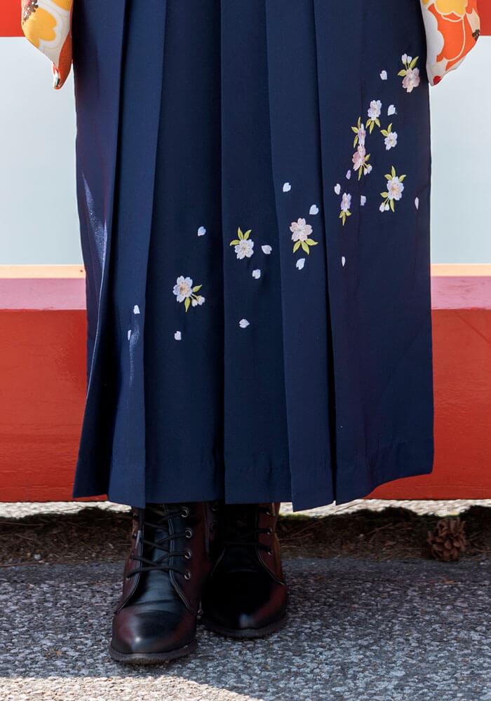 落ち着いた清潔感のある桜の刺繍入り袴です。