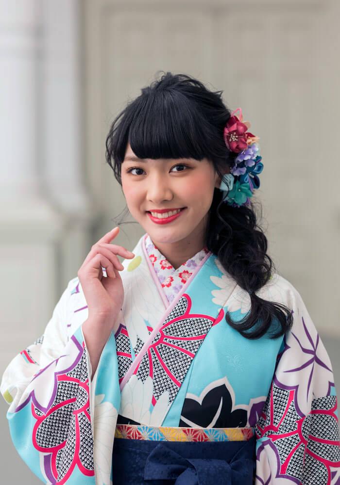 卒業式の袴に合わせる鮮やかな水色の着物