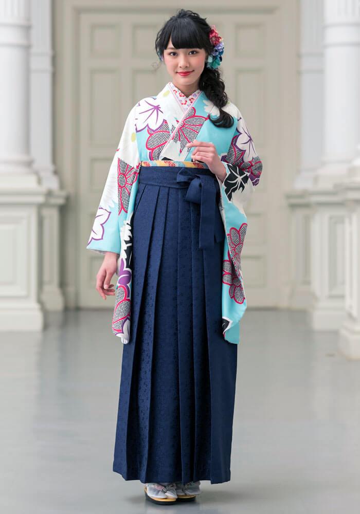 着物:水色菊紅葉/袴:紺サクラ小紋