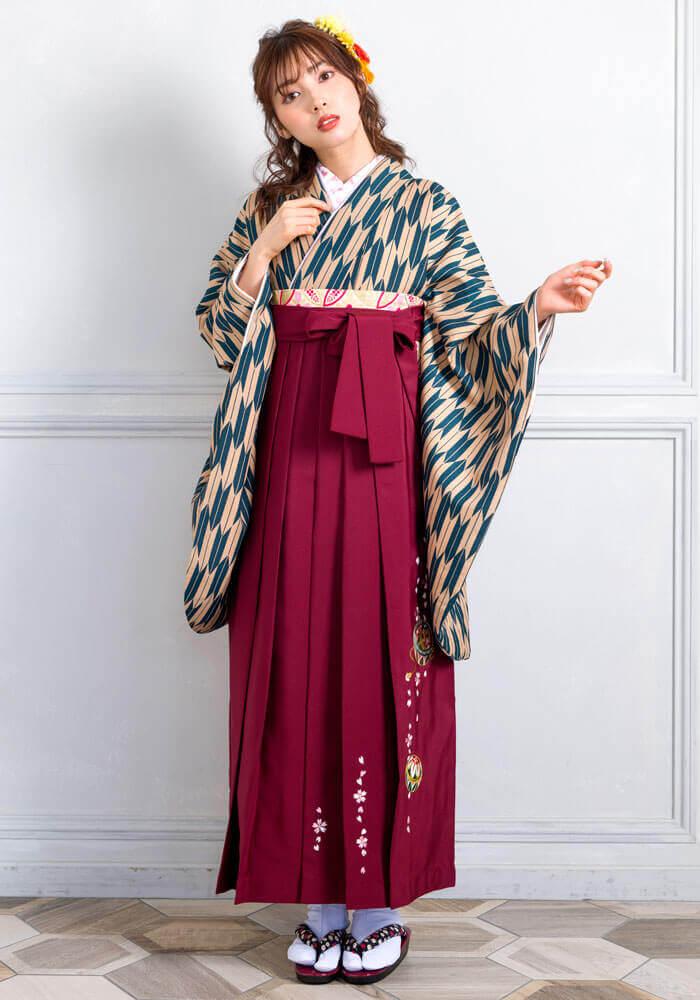 【着物】ベージュ・フカミドリ矢がすり+【袴】エンジ手まりシシュウ
