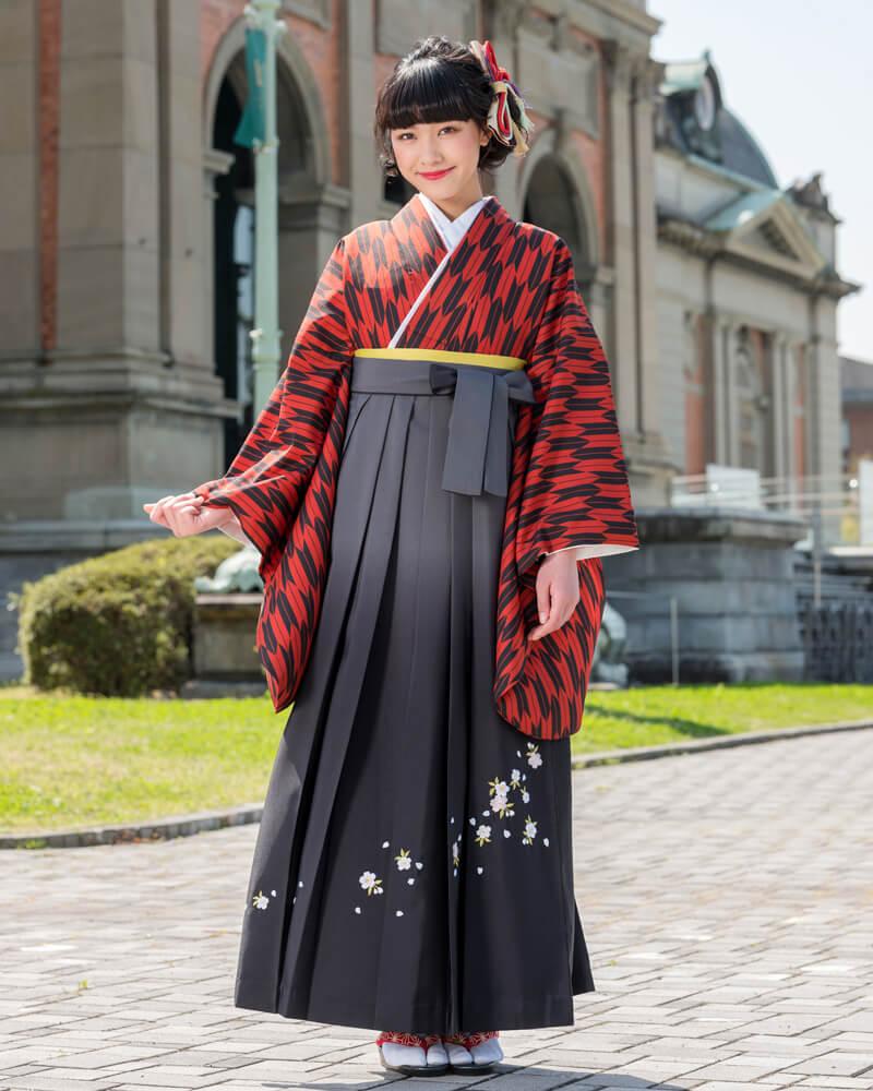 赤地に黒色の矢すがりをあしらった着物[CCC579]とグレーのグラデーションの袴[GRS070]を組み合わせた卒業袴コーデ